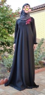 Платье абайное черное с апликацией.